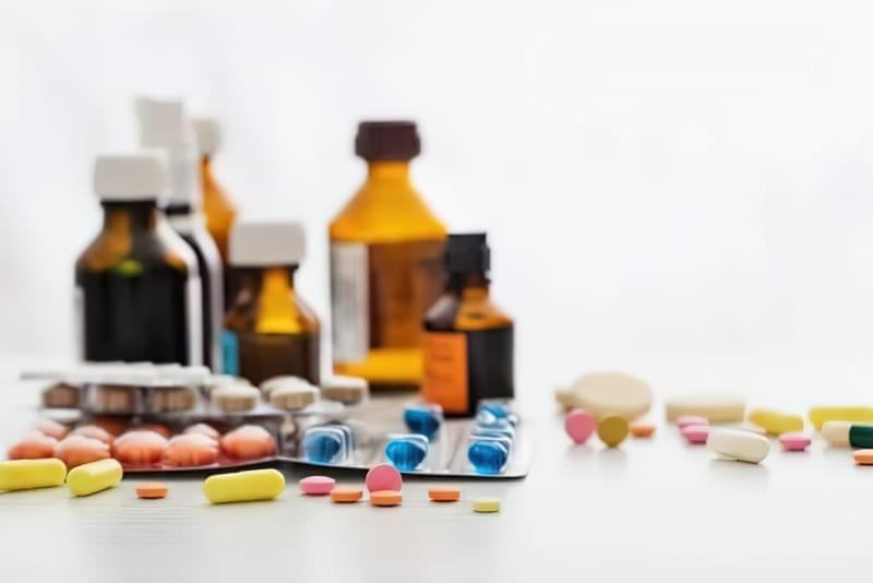 Основу лікування складають великі дози вітаміну D, а також препарати кальцію і фосфору