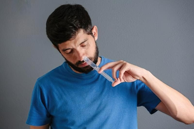 Щоб зволожити слизову носа, рекомендується щодня промивати його сольовим розчином.
