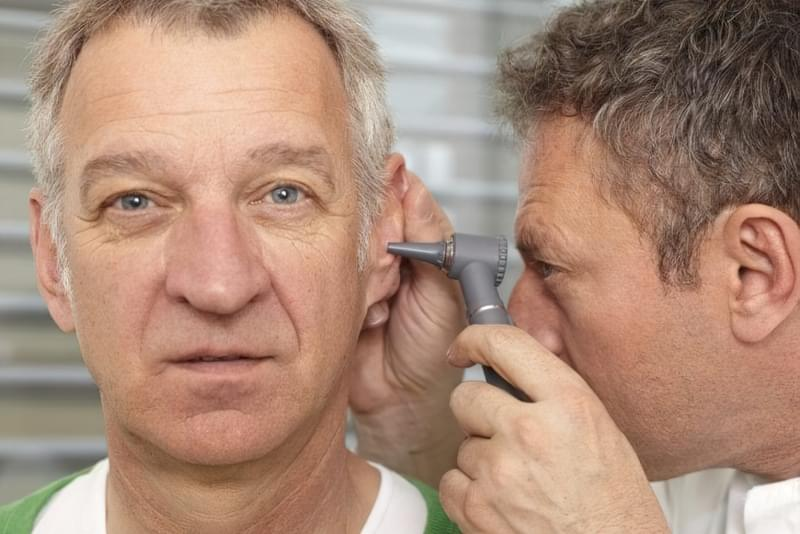 Рак середнього вуха лікар запідозрить, проводячи отоскопію.