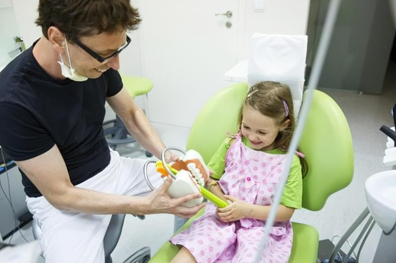 Дівчинка у зубного лікаря