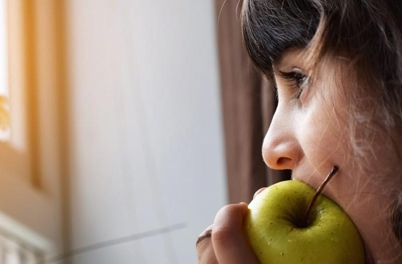 Дівчина і яблуко