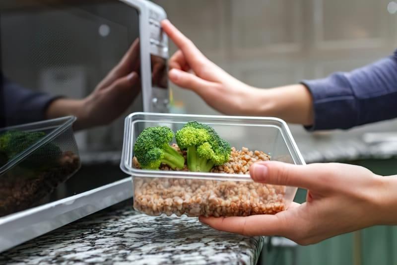 Пластиковий посуд: чи можна гріти в ньому їжу? 1